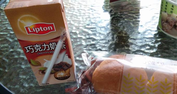 台湾のセブン-イレブンで買ったコーヒーとパン